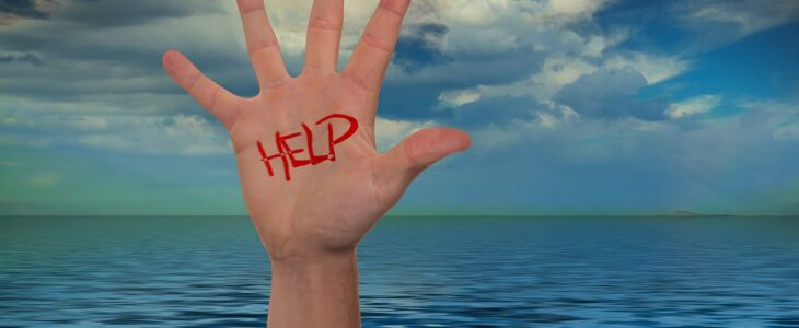 hand raised from water, sign of drowning